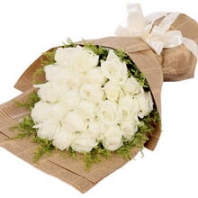 花 材 24枝白玫瑰,黄莺外圈搭配 包 装 英文旧报纸单面平角花束,精美图片