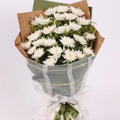指定日期,专人同城送货 花 材 25枝白菊花,黄莺间插 包 装 英文旧报纸图片
