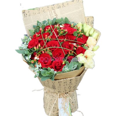 花 材 24枝红玫瑰,红豆间插,桔梗,叶上花外围 包 装 英文旧报纸单面平图片