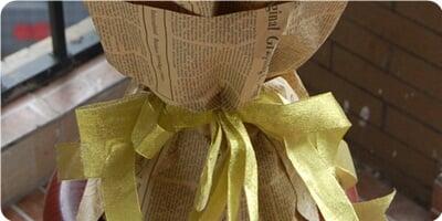 外围黄莺丰满,点缀适量满天星 包 装 英文报纸包装,圆形花束,搭配精美